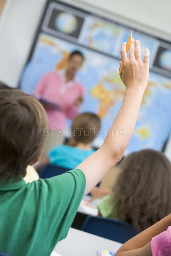 Volksschuleschüler, die Frage stellt lizenzfreie stockfotos