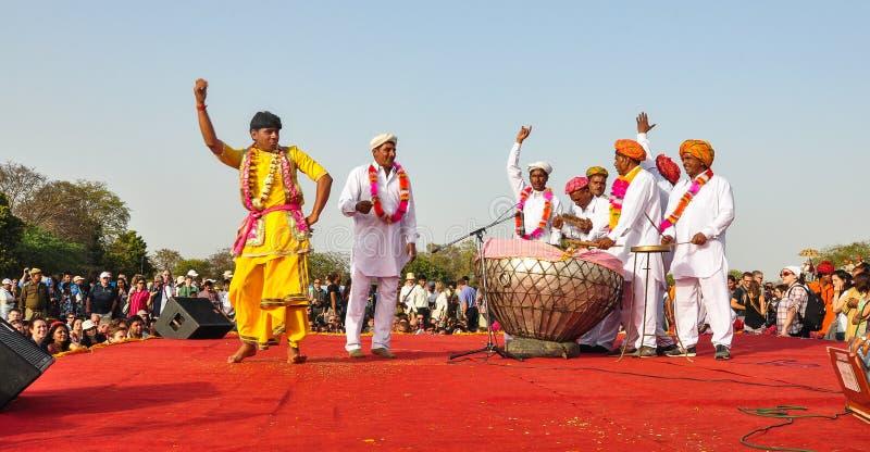 Volkstanz während eines traditionellen Festivals lizenzfreie stockfotografie
