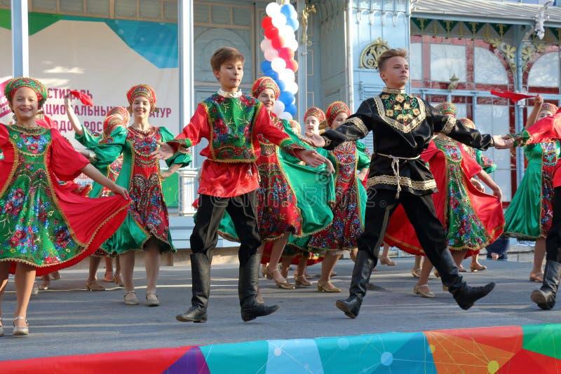 Volkstanzensemble Topotukha in der russischen traditionellen Kleidung Pyatigorsk, Russland lizenzfreie stockfotos