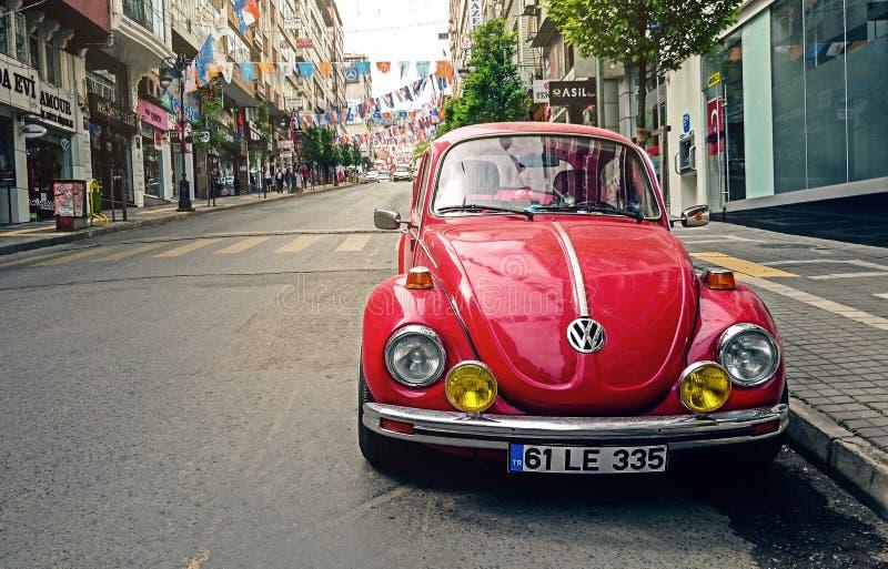 Κόκκινος κάνθαρος του Volkswagen που σταθμεύουν στην οδική πλευρά κοντά στη για τους πεζούς πάροδο Ελεύθερο Δημόσιο Τομέα Cc0 Εικόνα