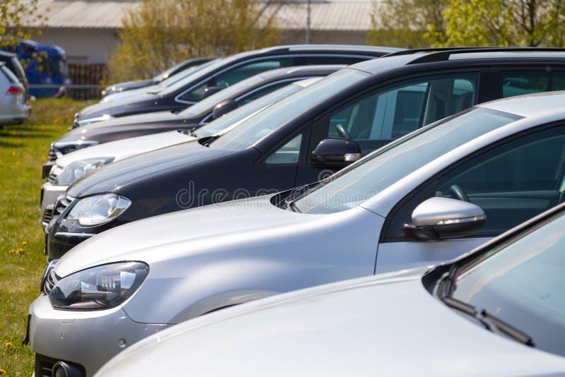 Volkswagen-auto'stribunes op autohandelaar stock foto's