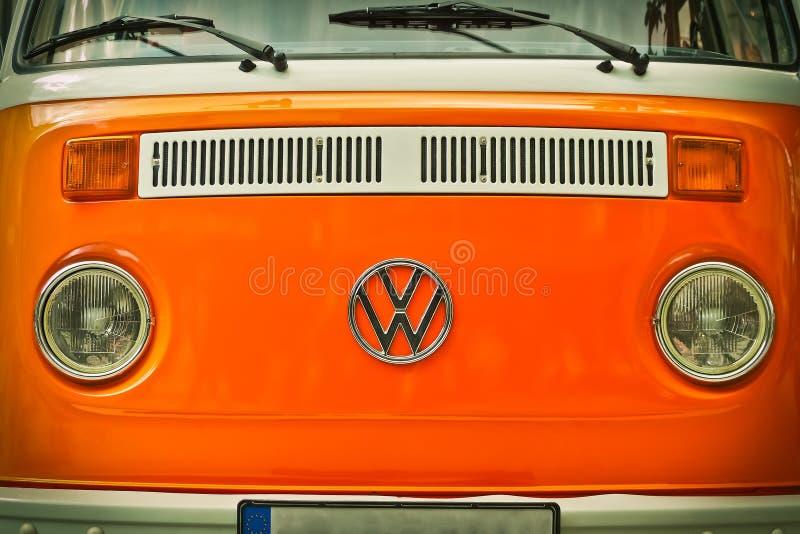 Πορτοκαλί φορτηγό του Volkswagen Beatle στοκ φωτογραφίες