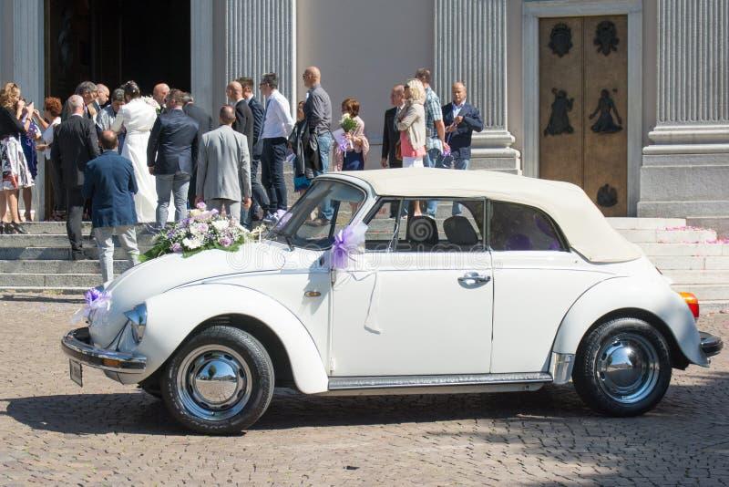 Volkswagen Beetle außerhalb der Kirche nach Hochzeitszeremonie stockbild