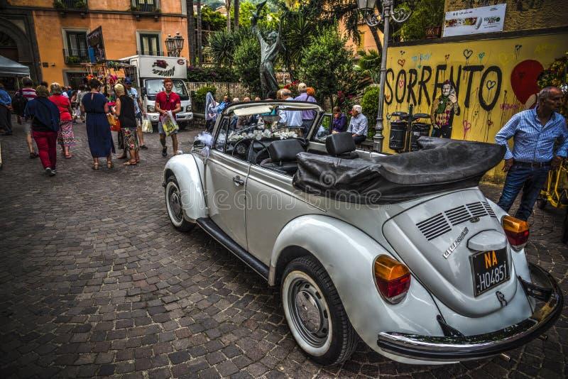 Volkswagen Beetle cabriolet som parkeras i en härlig fyrkant royaltyfri foto