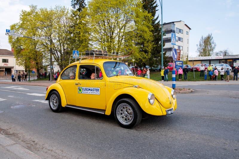 Volkswagen Beetle dessus d'abord de défilé de mai dans Sastamala photos stock