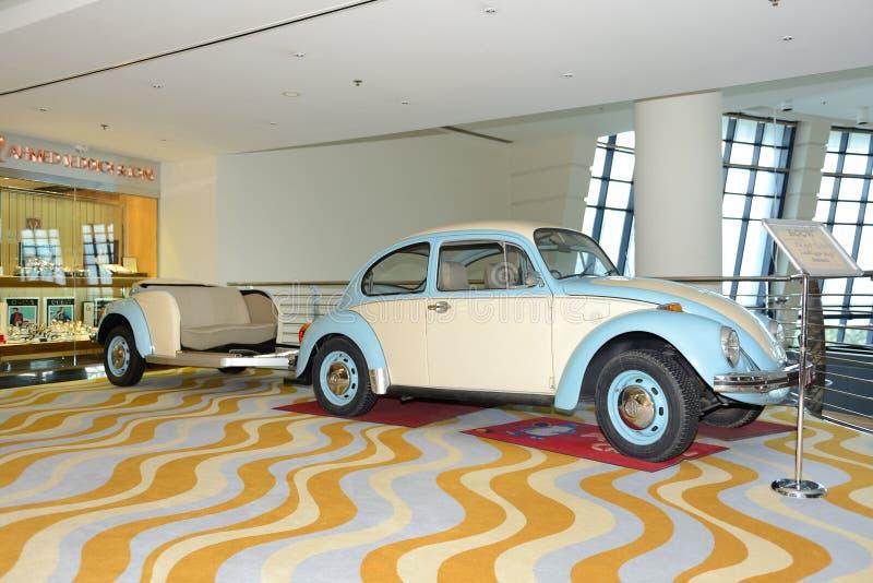 Volkswagen Beetle está na entrada do hotel de luxo imagem de stock