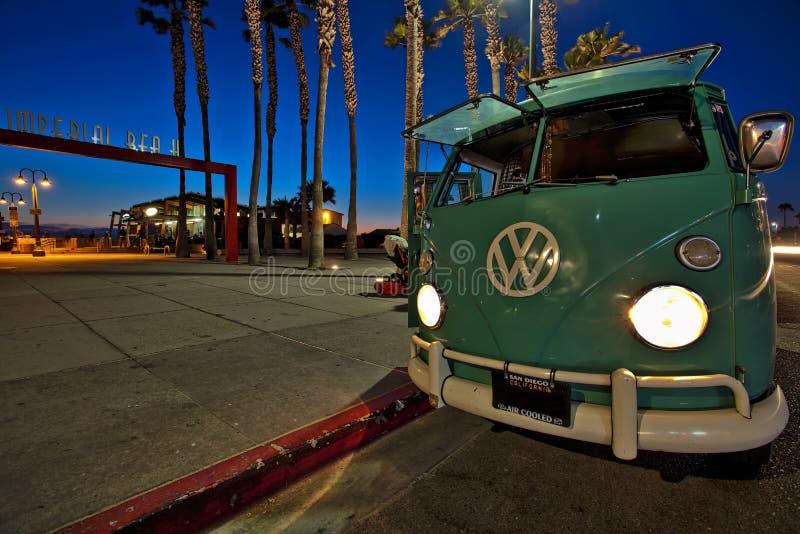 Volkswagen-Bus bij de Keizerstrandpijler, Californië royalty-vrije stock afbeelding
