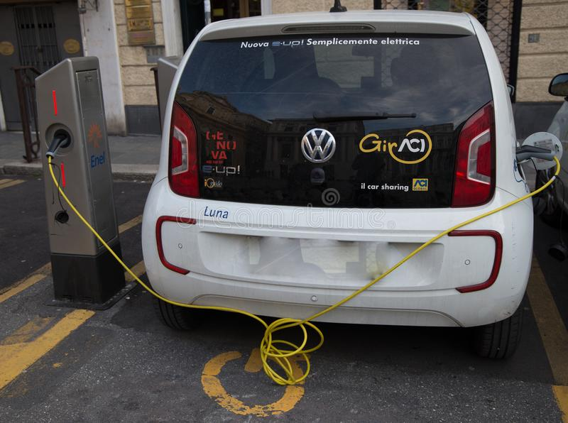 Volkswagen e-Upstår den inkopplingshybrid- elbilen vid uppladdningsstationen, i Genua, Italien arkivbilder