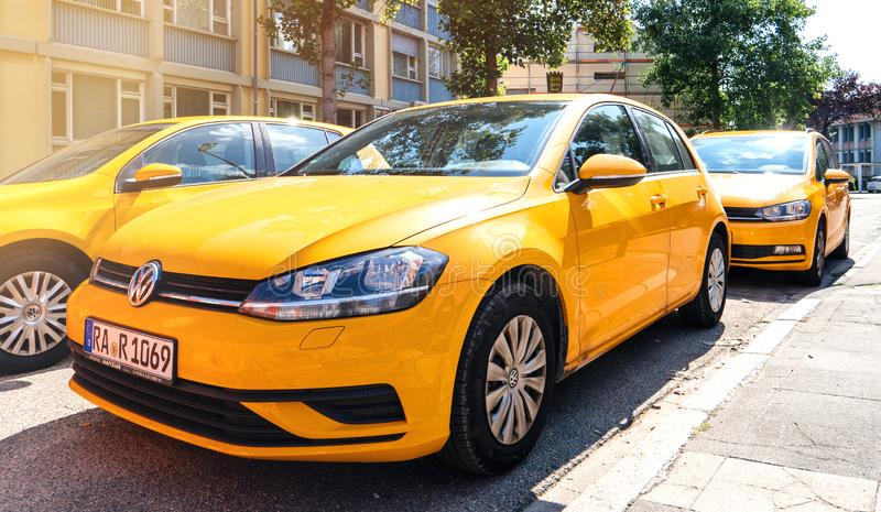 Volkswagen Golf-vloot in centrale Duitse stad stock afbeeldingen