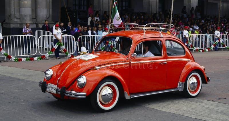Volkswagen 1971 i rött arkivfoton