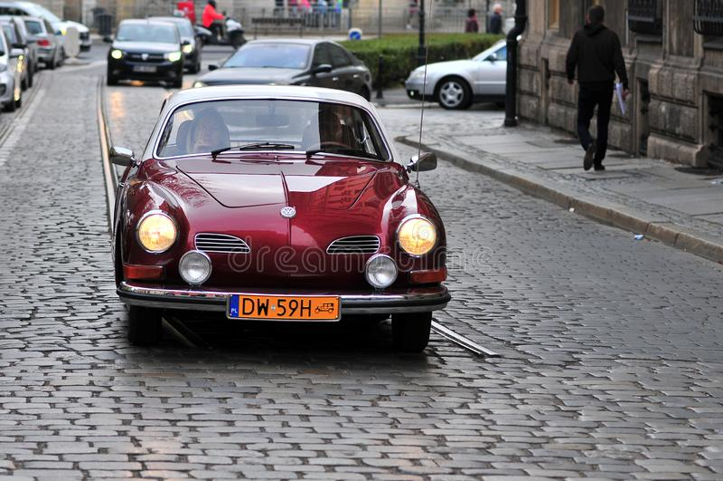 Volkswagen Karmann Ghia sur la rue de Wroclaw, Pologne images stock