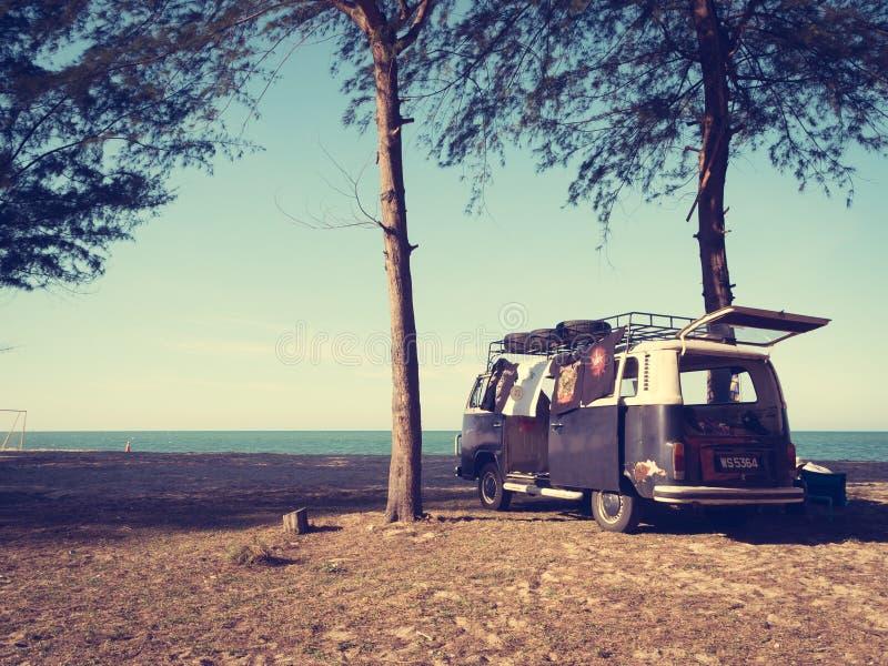 Volkswagen Kombi στην παραλία στοκ εικόνα