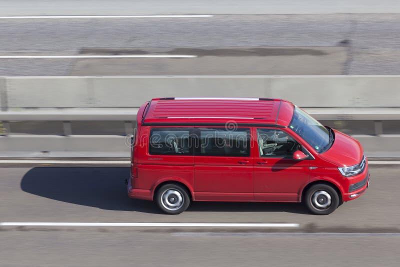 Volkswagen Minivan στην εθνική οδό στοκ εικόνες
