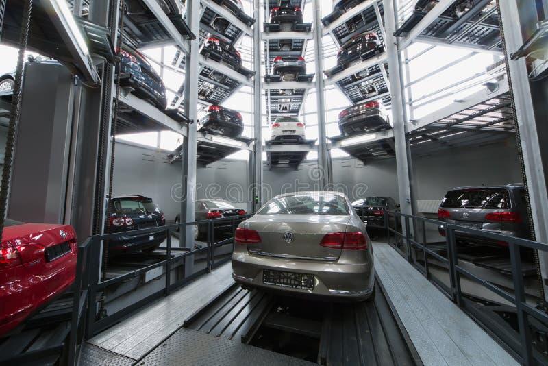 Volkswagen Passat στον ανελκυστήρα στοκ εικόνα με δικαίωμα ελεύθερης χρήσης