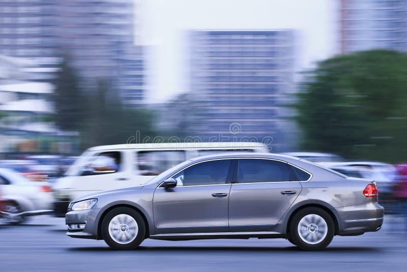Volkswagen Passat B7 som är i stadens centrum på skymning, Peking, Kina royaltyfri bild