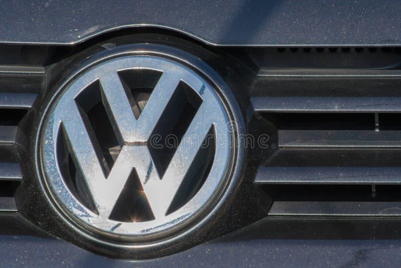 Volkswagen-Plattenlogo auf einem modernen Auto Volkswagen ist ein berühmtes europäisches Auto lizenzfreies stockfoto