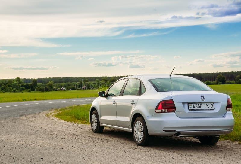 Volkswagen Polo bil på vägen Gomel Vitryssland fotografering för bildbyråer