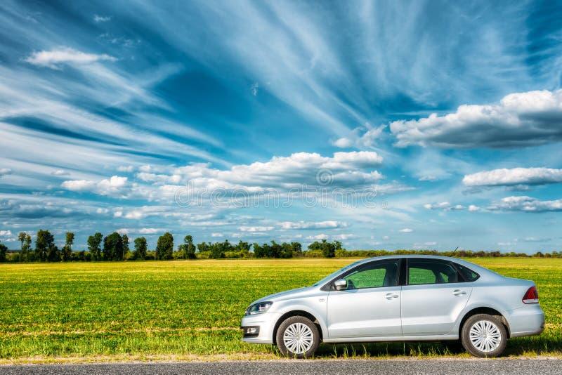 Volkswagen Polo Car Parking On een Kant van de weg van Landweg op A B stock fotografie