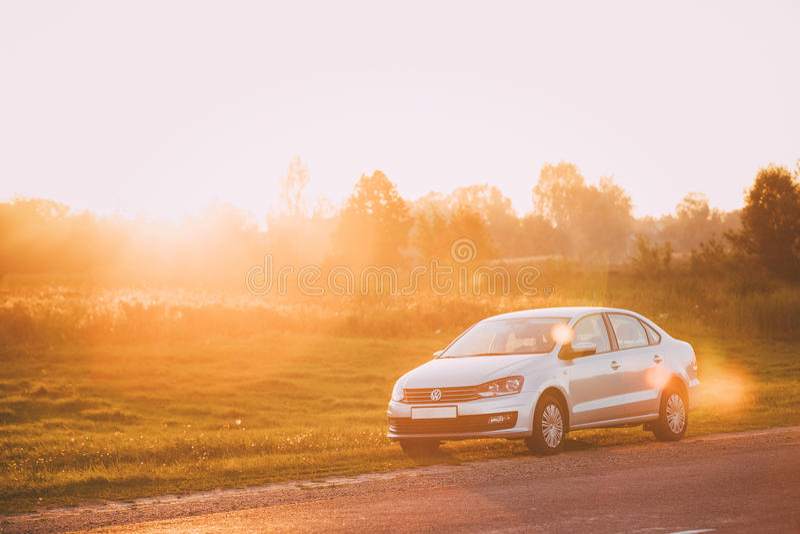 Volkswagen Polo Car Parking On een Kant van de weg van Landweg tijdens royalty-vrije stock afbeeldingen