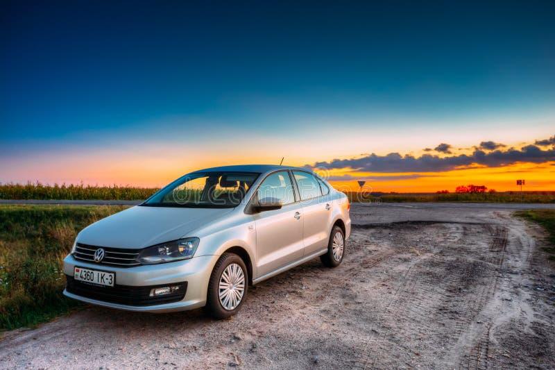 Volkswagen Polo Car Parking On en vägren av landsvägen under arkivbild