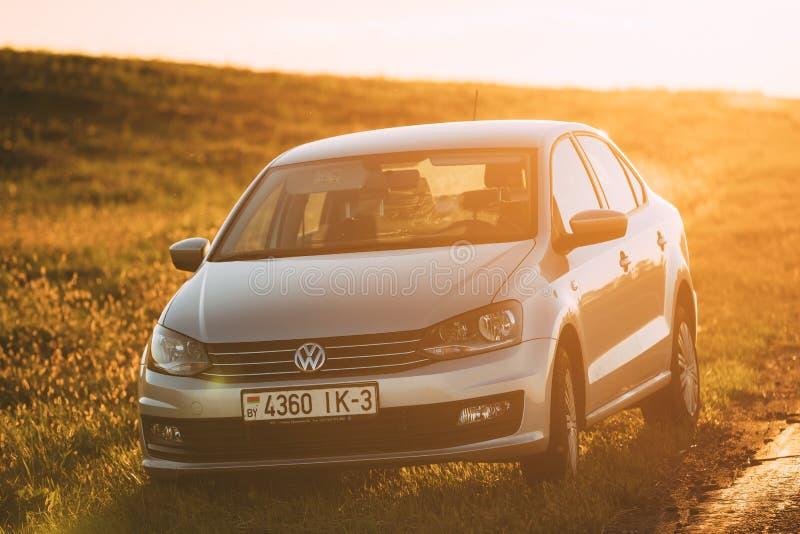 Volkswagen Polo Car Parking On en vägren av landsvägen under royaltyfri bild