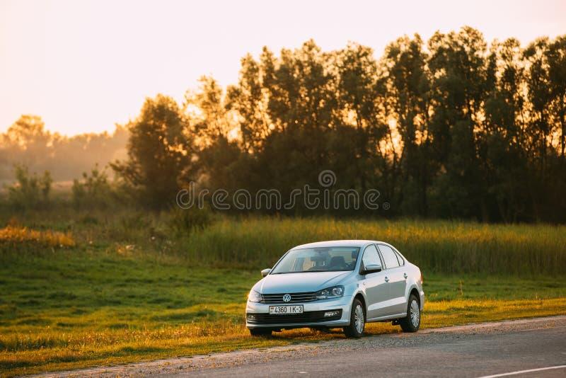 Volkswagen Polo Car Parking On en vägren av landsvägen under royaltyfria foton
