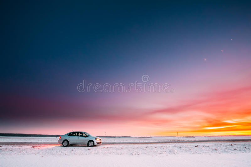 Volkswagen Polo Car Sedan Parking On en vägren av landsvägen royaltyfri foto