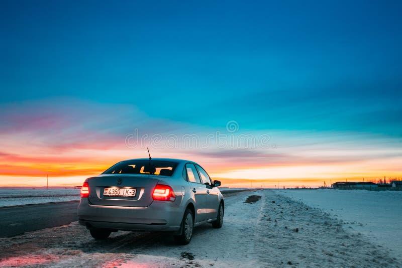 Volkswagen Polo Car Sedan Parking On en vägren av landsvägen arkivfoto