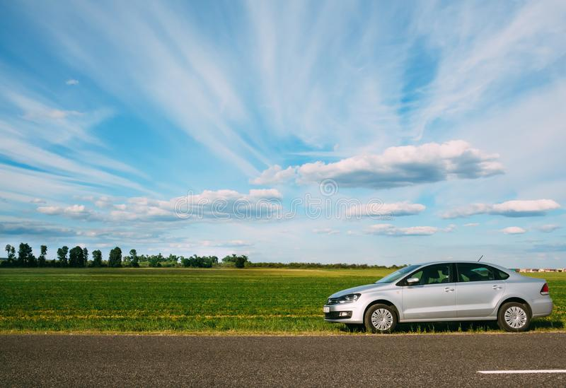 Volkswagen Polo på bakgrunden av himmel- och gräsplanfält Gomel arkivfoton