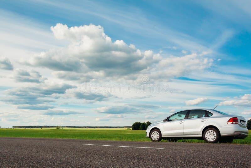Volkswagen Polo på sidan av vägen i bygden Gome arkivfoton