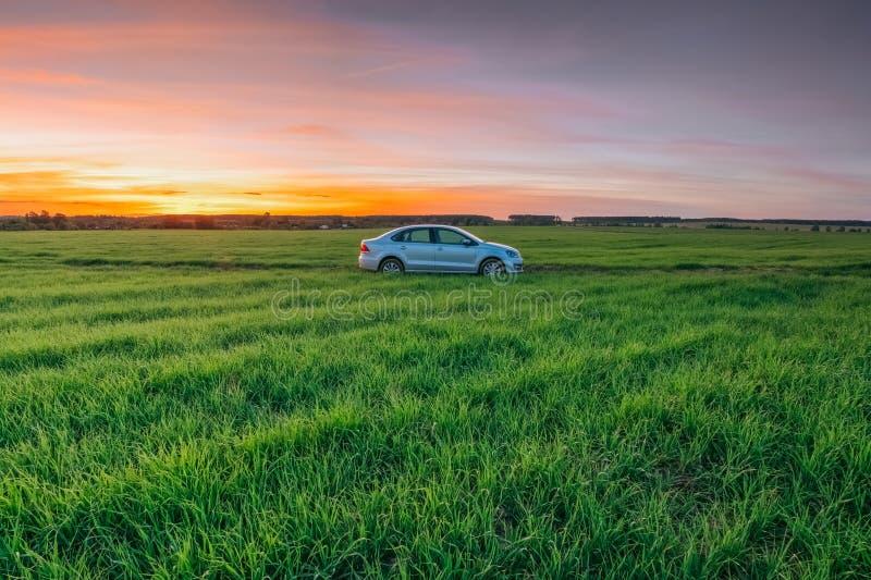 Volkswagen Polo Vento in mot solnedgången i en sommar lantlig fi royaltyfria foton