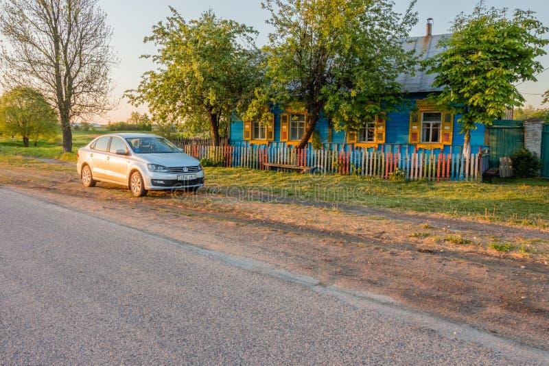 Volkswagen Polo Vento nära byhuset Krasnyy Partizan, fotografering för bildbyråer