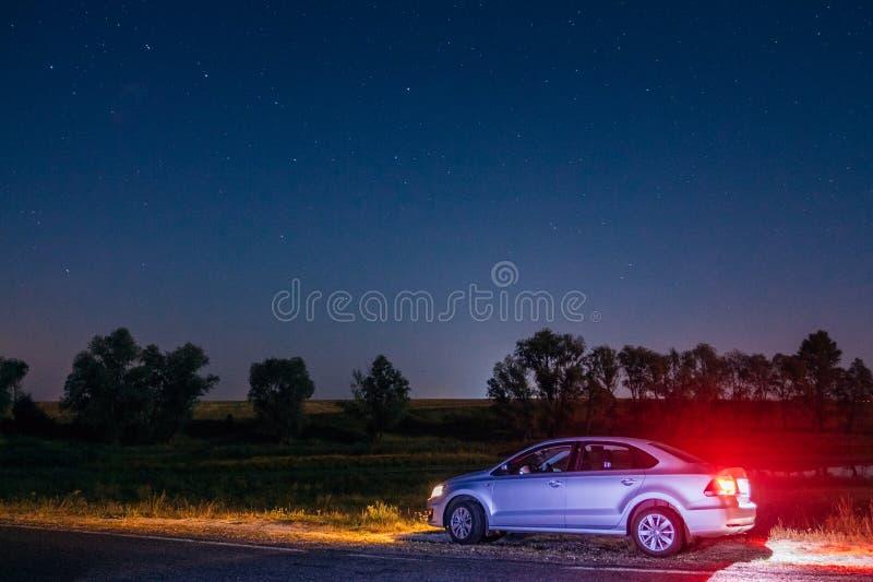 Volkswagen Polo Vento på vägrenen på natten Dobrush Vitryssland royaltyfria bilder