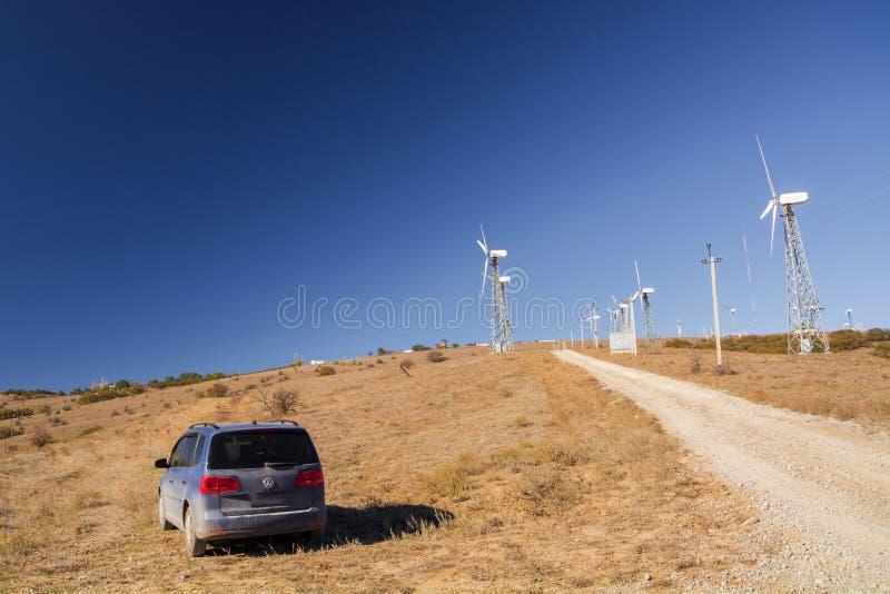 Volkswagen Sharan Das Auto wird auf einem Berg Meganom nahe Windkraftanlagen geparkt stockbilder