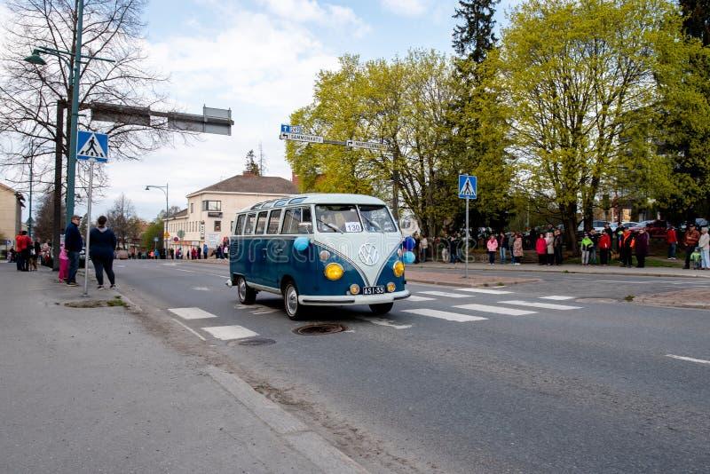 Volkswagen Sonderbus auf erstem von Mai-Parade in Sastamala stockfoto