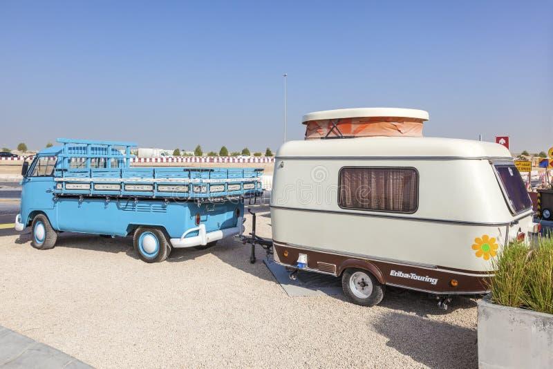 Volkswagen-Vervoerderst1 met een caravan stock afbeeldingen