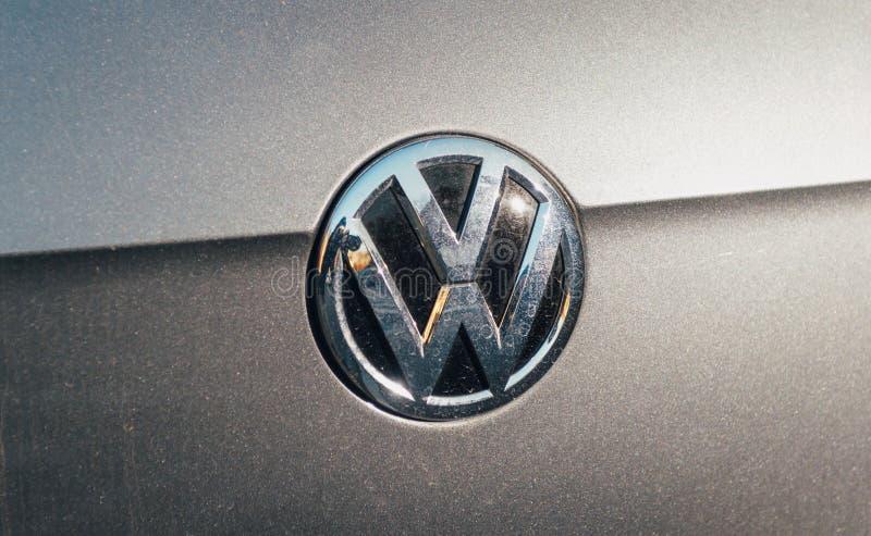 Volkswagen-VW logotype op een grijze zilveren auto royalty-vrije stock foto's
