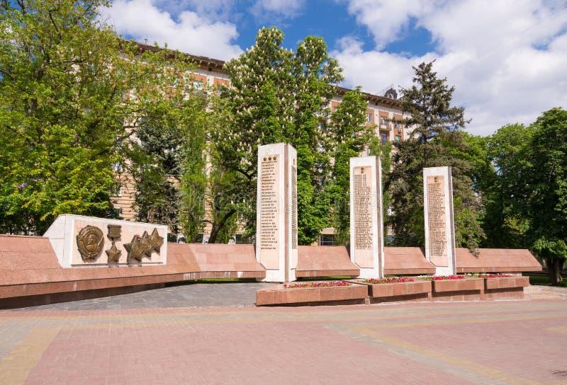 volkswagens Rosja, Maj - 11 2017 Bareliefu rozkaz Lenin sowieci - zrzeszeniowy bohater kolumna z imionami wewnątrz spadać żołnier zdjęcia royalty free