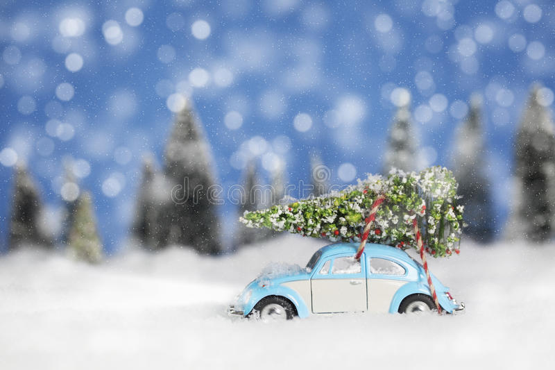 Volkswagon mit Weihnachtsbaum lizenzfreies stockbild