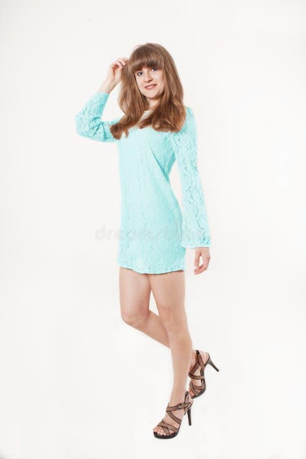 Voll-Körperporträt des jungen schönen Mädchens mit Sommersprossen cheerfuly lächelnd, Kamera betrachtend Getrennt auf weißem Hint lizenzfreies stockbild