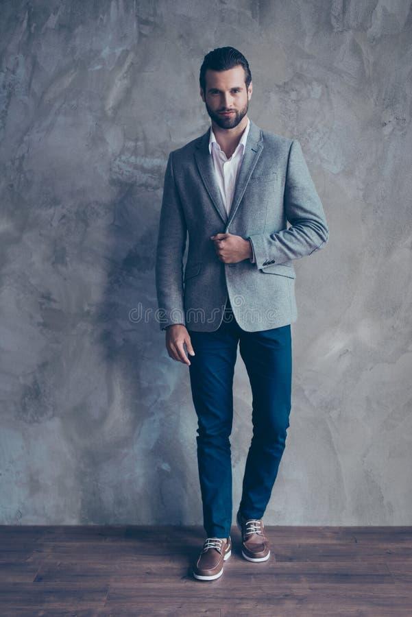 Voll--lengh vertikales Porträt des hübschen erfolgreichen Mannes in der Klage stockfoto