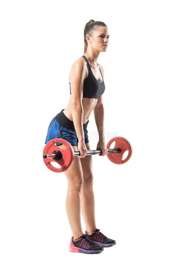 Voll verlängert herauf die Position des weiblichen Athleten deadlift Übung mit Barbellprofil tuend stockbilder