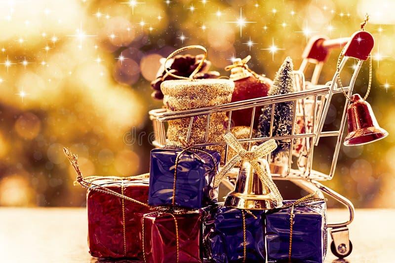 Voll von Weihnachtsziergegenständen im Minieinkaufswagen oder in der Laufkatze lizenzfreie stockfotos