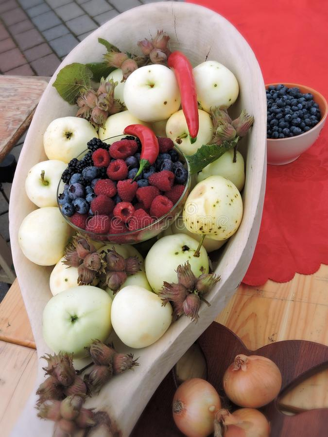 Volle Äpfel des großen hölzernen Löffels, Nüsse und Beeren, Litauen stockfotos