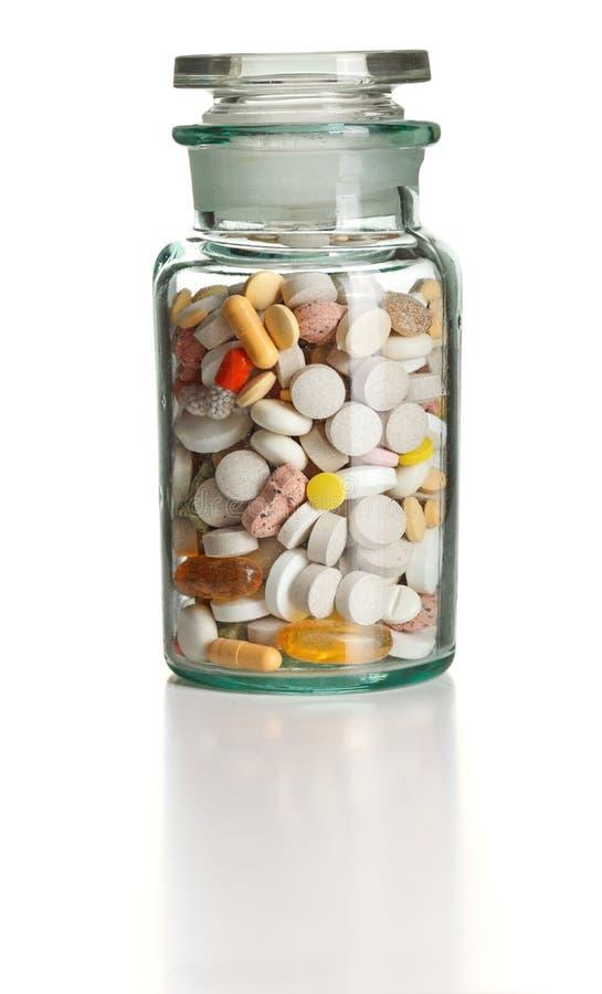 Volle Chemieflasche mit bunten Pillen stockfotos