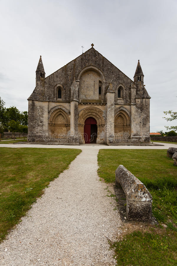 Volle Haupteingangsansicht von Kirche Aulnay de Saintonge stockbild