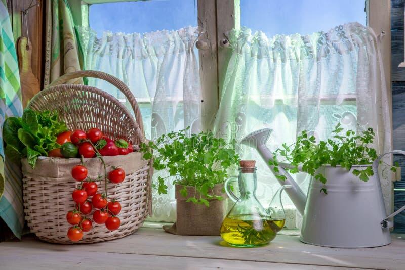 Volle Küche mit frischem Frühlingsgemüse lizenzfreie stockbilder