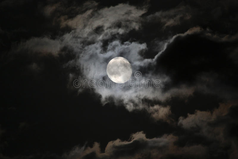 Volle maan in angstaanjagende witte wolken tegen een zwarte Ni royalty-vrije stock foto's