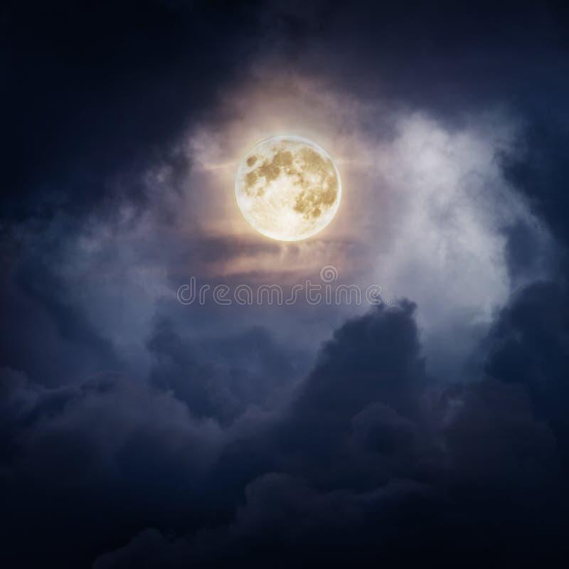 Volle maan bij nacht en wolken stock foto