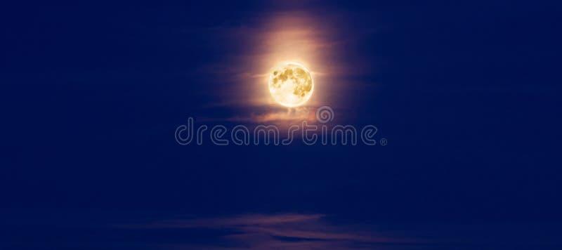 Volle maan bij nacht en wolken royalty-vrije stock foto